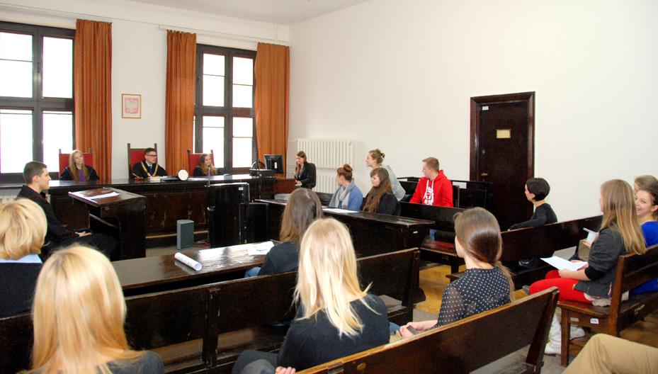 Młodzież na rozprawie karnej w Sądzie Okręgowym w Warszawie